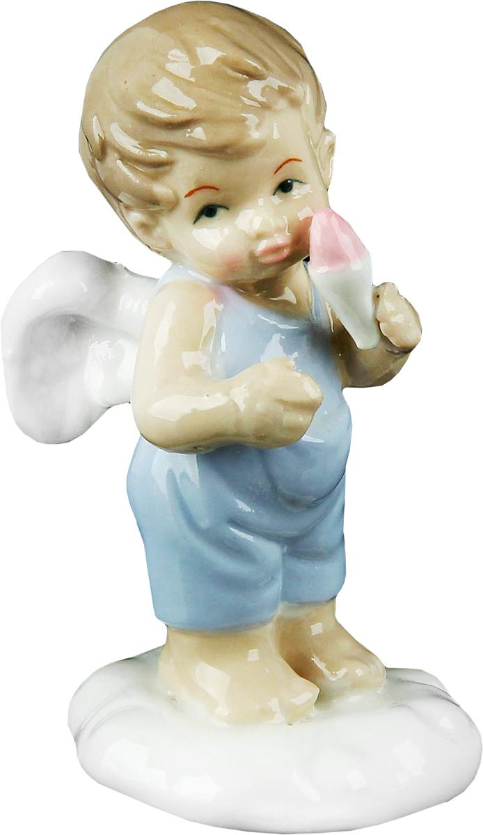 Сувенир пасхальный Sima-land Ангел на облачке в голубом комбезике с мороженым, 5,5 х 5 х 9,5 см865512Ангел в переводе с древнегреческого языка означает вестник, посланец, пусть этот сувенир Ангел на облачке в голубом комбезике с мороженым будет вашим личным посланником, который защитит Вас и близких от невзгод. Преподнесите эту изящную статуэтку на Пасху в корзинке с разноцветными яйцами, на Рождество вместе с конфетками, в День ангела со сладким тортом или в любой другой день, ведь для такого подарка со смыслом не обязательно нужен повод.