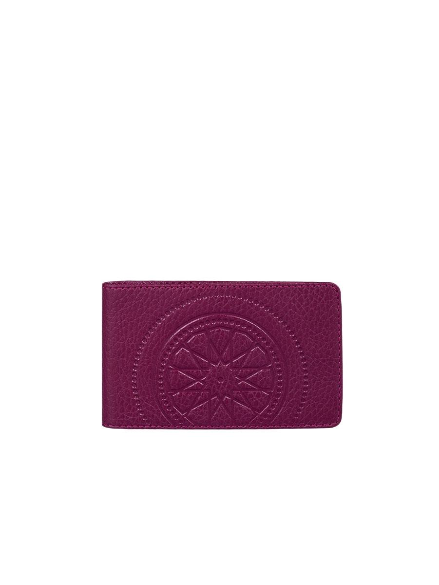 Визитница жен Fabula Talisman, цвет: бордовый. V.72.SNV.72.SN.винныйВизитница из коллекции «Talisman» выполнен из натуральной кожи. На внутреннем развороте 2 кармана из прозрачного пластика, внутренний блок из прозрачного пластика на 20 кредитных/ 40 визитных карт.