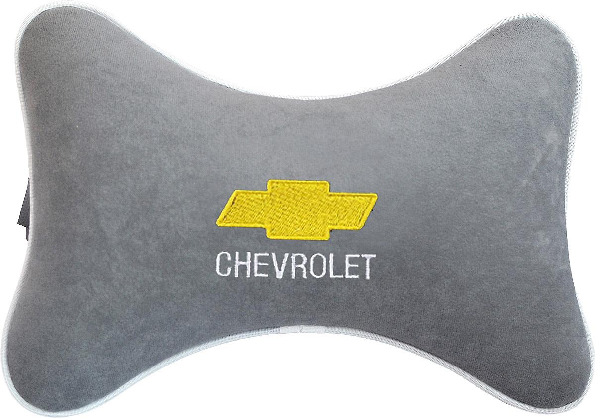 Подушка на подголовник Auto Premium Chevrolet, цвет: серый. 3744537445Подушка на подголовник - это прежде всего лучший способ создать комфорт для шеи и головы во время пребывания в автомобильном кресле. Большинство штатных подголовников устроены так, что до них попросту не дотянуться. Данный аксессуар полностью решает эту проблему, создавая мягкую ортопедическою поддержку. Подушка крепится к сиденью, а это значит один раз поставил - и забыл. Меньше утомляемость - а следовательно выше внимание и концентрация на дороге. Одинакова удобна для пассажира и водителя. Подушка выполнена из велюра.