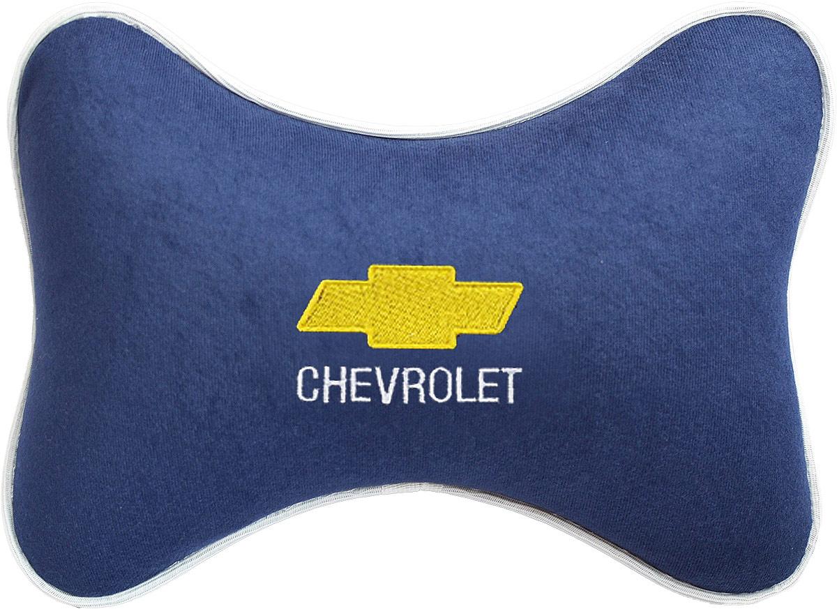 Подушка на подголовник Auto Premium Chevrolet, цвет: синий. 3748537485Подушка на подголовник - это прежде всего лучший способ создать комфорт для шеи и головы во время пребывания в автомобильном кресле. Большинство штатных подголовников устроены так, что до них попросту не дотянуться. Данный аксессуар полностью решает эту проблему, создавая мягкую ортопедическою поддержку. Подушка крепится к сиденью, а это значит один раз поставил - и забыл. Меньше утомляемость - а следовательно выше внимание и концентрация на дороге. Одинакова удобна для пассажира и водителя. Подушка выполнена из велюра.