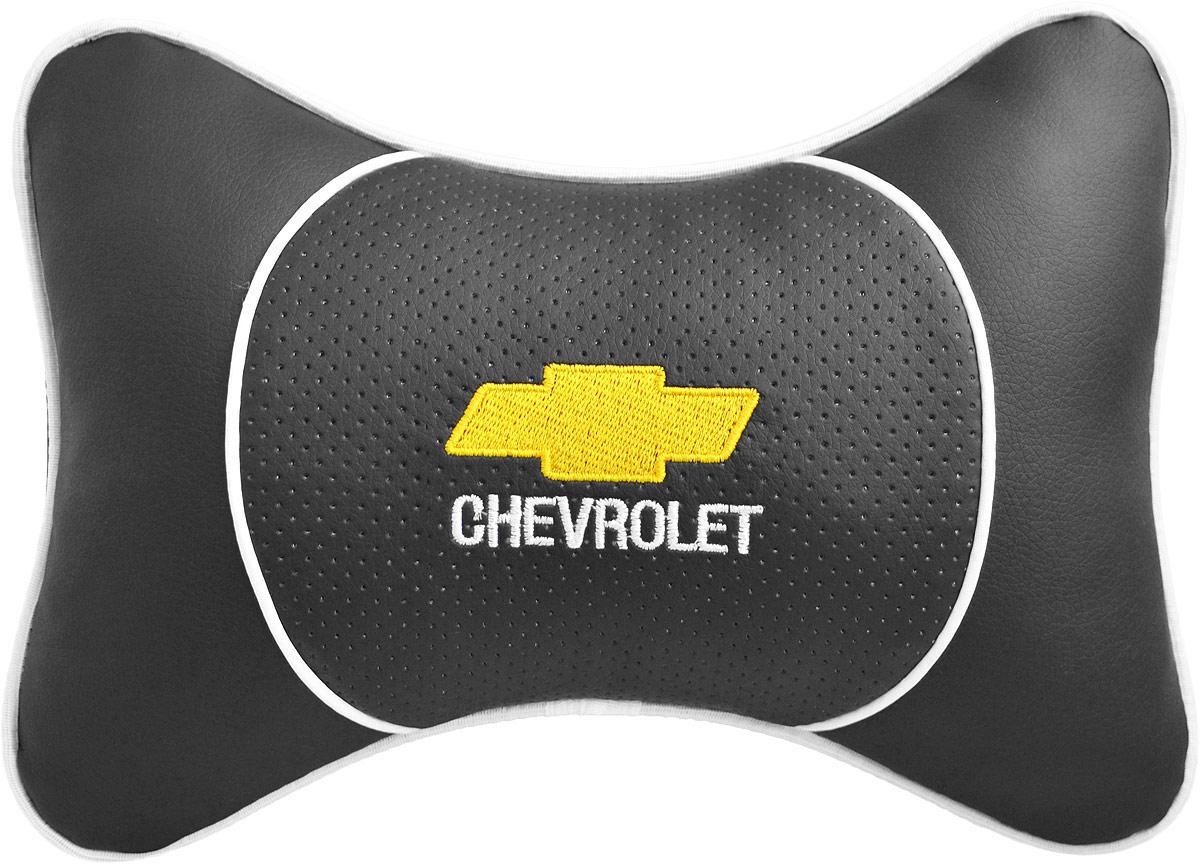 Подушка на подголовник Auto Premium Chevrolet, цвет: черный. 3752537525Подушка на подголовник Люкс выполнена из черной гладкой экокожи, вставка из черной перфорированной экокожи имеет обрамление мягким кантом. Для нанесения вышивки используются высококачественные итальянские нитки. Подушка на подголовник - это прежде всего лучший способ создать комфорт для шеи и головы во время пребывания в автомобильном кресле. Такая подушка будет удобна как водителю, так и пассажиру. При производстве используются высококачественные, износостойкие материалы и гипоаллергенные наполнители.