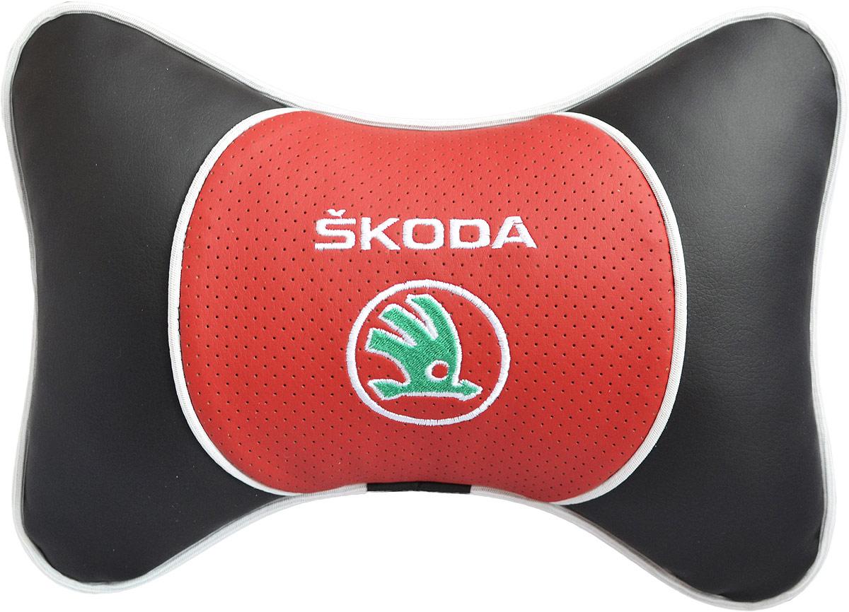 Подушка на подголовник Auto Premium Skoda, цвет: красный. 3757237572Подушка на подголовник Люкс выполнена из черной гладкой экокожи, вставка из красной перфорированной экокожи имеет обрамление мягким кантом. Для нанесения вышивки используются высококачественные итальянские нитки. Подушка на подголовник - это прежде всего лучший способ создать комфорт для шеи и головы во время пребывания в автомобильном кресле. Такая подушка будет удобна как водителю, так и пассажиру. При производстве используются высококачественные, износостойкие материалы и гипоаллергенные наполнители.