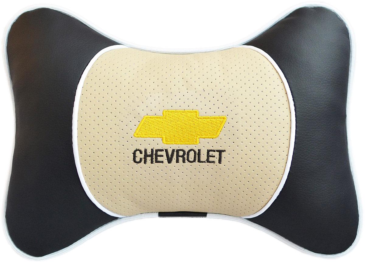 Подушка на подголовник Auto Premium Chevrolet, цвет: бежевый. 3758537585Подушка на подголовник Люкс выполнена из черной гладкой экокожи, вставка из бежевой перфорированной экокожи имеет обрамление мягким кантом. Для нанесения вышивки используются высококачественные итальянские нитки. Подушка на подголовник - это прежде всего лучший способ создать комфорт для шеи и головы во время пребывания в автомобильном кресле. Такая подушка будет удобна как водителю, так и пассажиру. При производстве используются высококачественные, износостойкие материалы и гипоаллергенные наполнители.