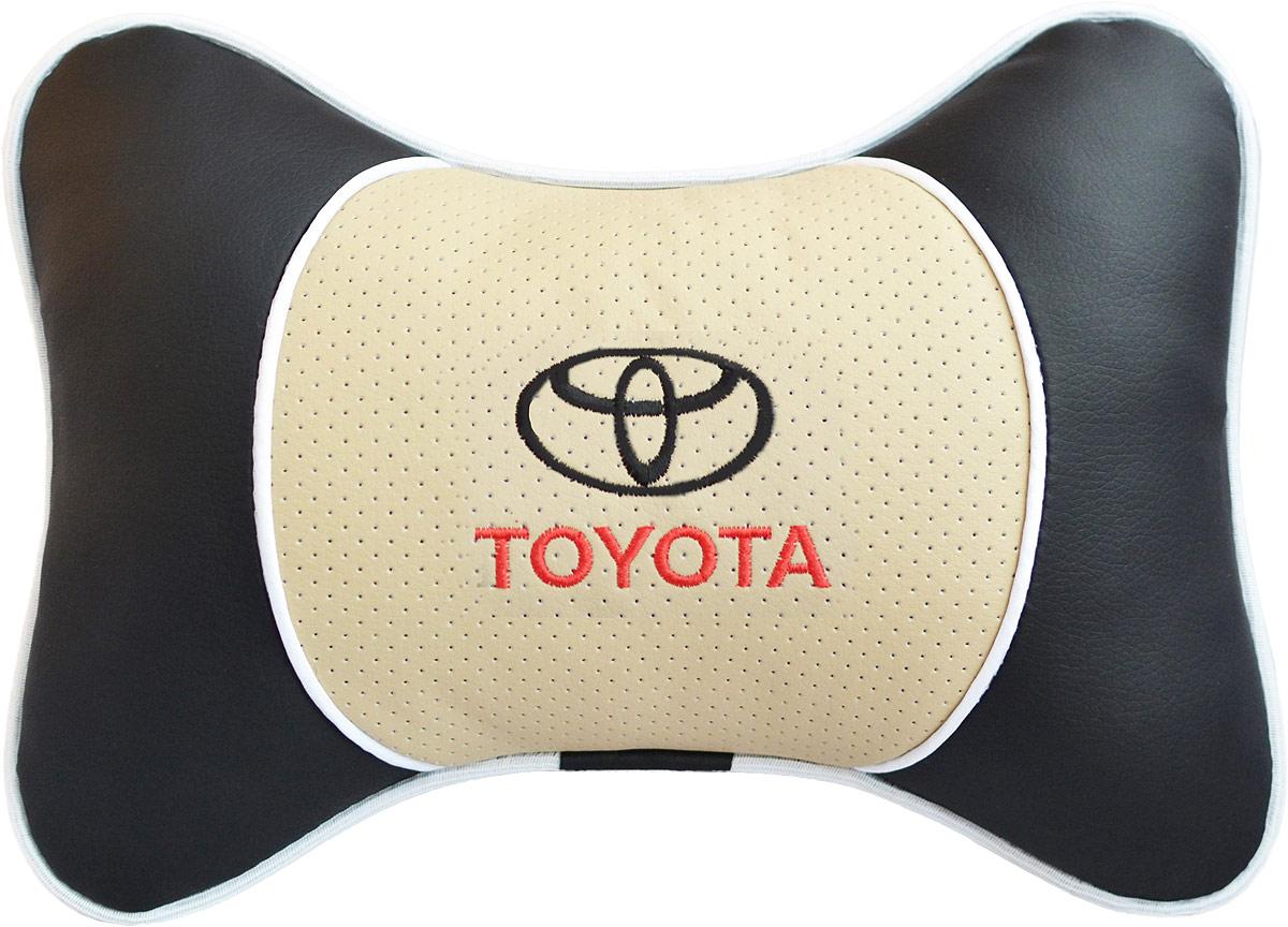 Подушка на подголовник Auto Premium Toyota, цвет: бежевый. 3758937589Подушка на подголовник Люкс выполнена из черной гладкой экокожи, вставка из бежевой перфорированной экокожи имеет обрамление мягким кантом. Для нанесения вышивки используются высококачественные итальянские нитки. Подушка на подголовник - это прежде всего лучший способ создать комфорт для шеи и головы во время пребывания в автомобильном кресле. Такая подушка будет удобна как водителю, так и пассажиру. При производстве используются высококачественные, износостойкие материалы и гипоаллергенные наполнители.