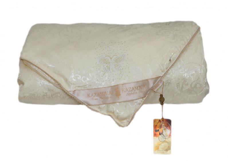 Одеяло KAZANOV.A. Luxury Мulberry Silk, цвет: слоновая кость, 200 х 220 смК44-825-2.0Жаккардовое одеяло «Шелк Бабочка» имеет двухсторонний чехол, изготовленный из высококачественной жаккардовой ткани и натуральный наполнитель из шёлкового волокна. Элементами отделки является: сатиновый кант по всему периметру одеяла, аппликация из страз, в виде бабочки и надписи Silk, а так же петли для фиксации в пододеяльнике. Дышащая текстура создает все условия для комфортного и по-настоящему приятного сна. Одеяло «KAZANOV.A.» поможет вам создать атмосферу необычайного комфорта и уюта в вашей спальне.
