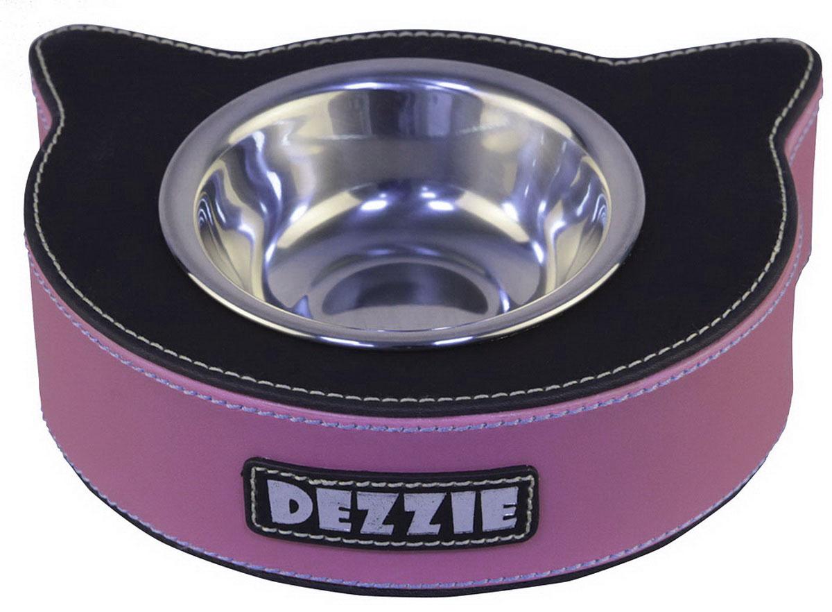 Миска для кошек Dezzie Рыба, цвет: розовый, черный, 125 мл5616024Стильная миска Dezzie Рыба со специальным чехлом-подставкой будет радовать глаз в любом интерьере. Чехол из искусственного нубука, помимо шикарного стильного вида, обладает высокой стойкостью к свету и к механическим повреждениям, легко чистится влажной тряпкой. Еще одним незаменимым свойством этого материала являются антибактериальная защита изделия. Сама миска выполнена из нержавеющей стали. С приобретением такой миски для животного можно быть спокойным за безопасность и эстетичность любимой посуды. Объем миски: 125 мл. Диаметр миски (по верхнему краю): 10,2 см. Высота миски: 3 см. Размер чехла: 17,5 х 15 х 5 см.