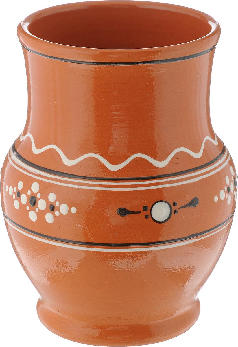 Кринка Ломоносовская керамика, 1,3 лЛ0733Кринка (крынка) Ломоносовская керамика изготовлена из глины и украшена эксклюзивным орнаментом. Такая кринка удобна для использования под молоко и другие напитки. Наши предки не зря использовали глиняную посуду для хранения молока - в керамической кринке оно дольше остается свежим и не скисает. Если вы покупаете настоящее деревенское молоко - то такая кринка вам наверняка пригодится. Глиняная кринка не займет много места в вашем холодильнике. Но вы точно будете знать, что здесь - свежее, вкусное молоко, которое хочется пить прямо из горлышка. Объем: 1,3 л, Диаметр (по верхнему краю): 11 см, Высота: 17,5 см.