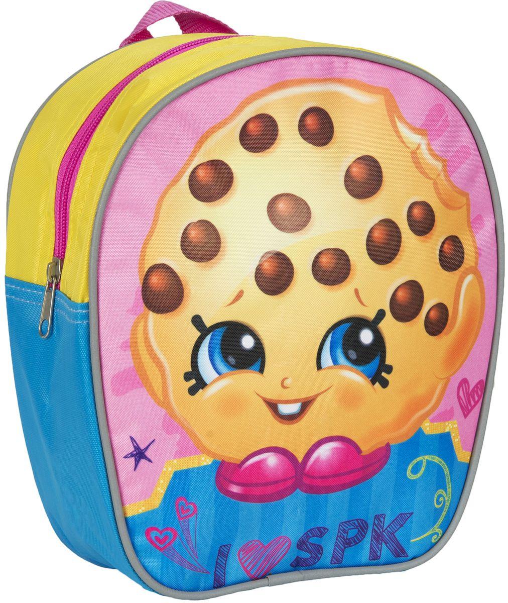 Shopkins Рюкзак дошкольный цвет желтый голубой розовый32222Дошкольный рюкзачок Шопкинс с милым принтом будет практичным, удобным и привлекательным аксессуаром для вашего ребенка. В его внутреннем отделении на молнии легко поместятся не только игрушки, но даже тетрадка или книжка. Благодаря регулируемым лямкам, рюкзачок подходит детям любого роста. Удобная ручка помогает носить аксессуар в руке или размещать на вешалке. Износостойкий материал с водонепроницаемой основой и подкладка обеспечивают изделию длительный срок службы и помогают держать вещи сухими в дождливую погоду. Аксессуар декорирован ярким принтом с изображением стилизованного печенья с шоколадной крошкой (сублимированной печатью), устойчивым к истиранию и выгоранию на солнце.
