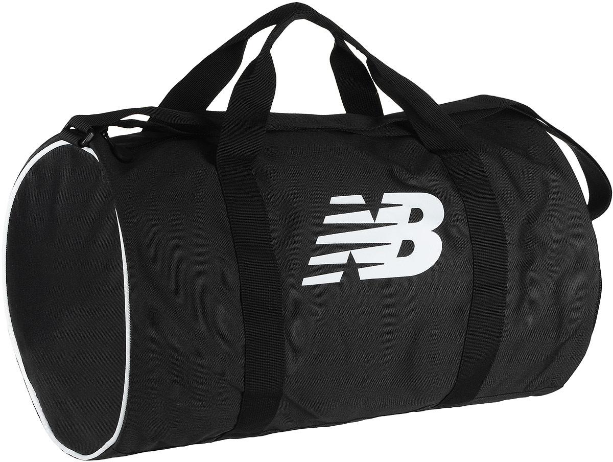 Сумка спортивная New Balance Barrel Duffel, цвет: черный, 31,5 л500005/BKWСпортивная сумка New Balance Barrel Duffel, выполненная из полиэстера, оформлена символикой бренда. Изделие имеет одно вместительное отделение, закрывающееся на застежку-молнию. Внутри расположен нашивной карман на застежке-молнии, накладной карман и три фиксатора. Снаружи, с одной из боковых сторон предусмотрен карман на застежке-молнии для обуви. Сумка оснащена двумя удобными ручками и регулируемым наплечным ремнем.