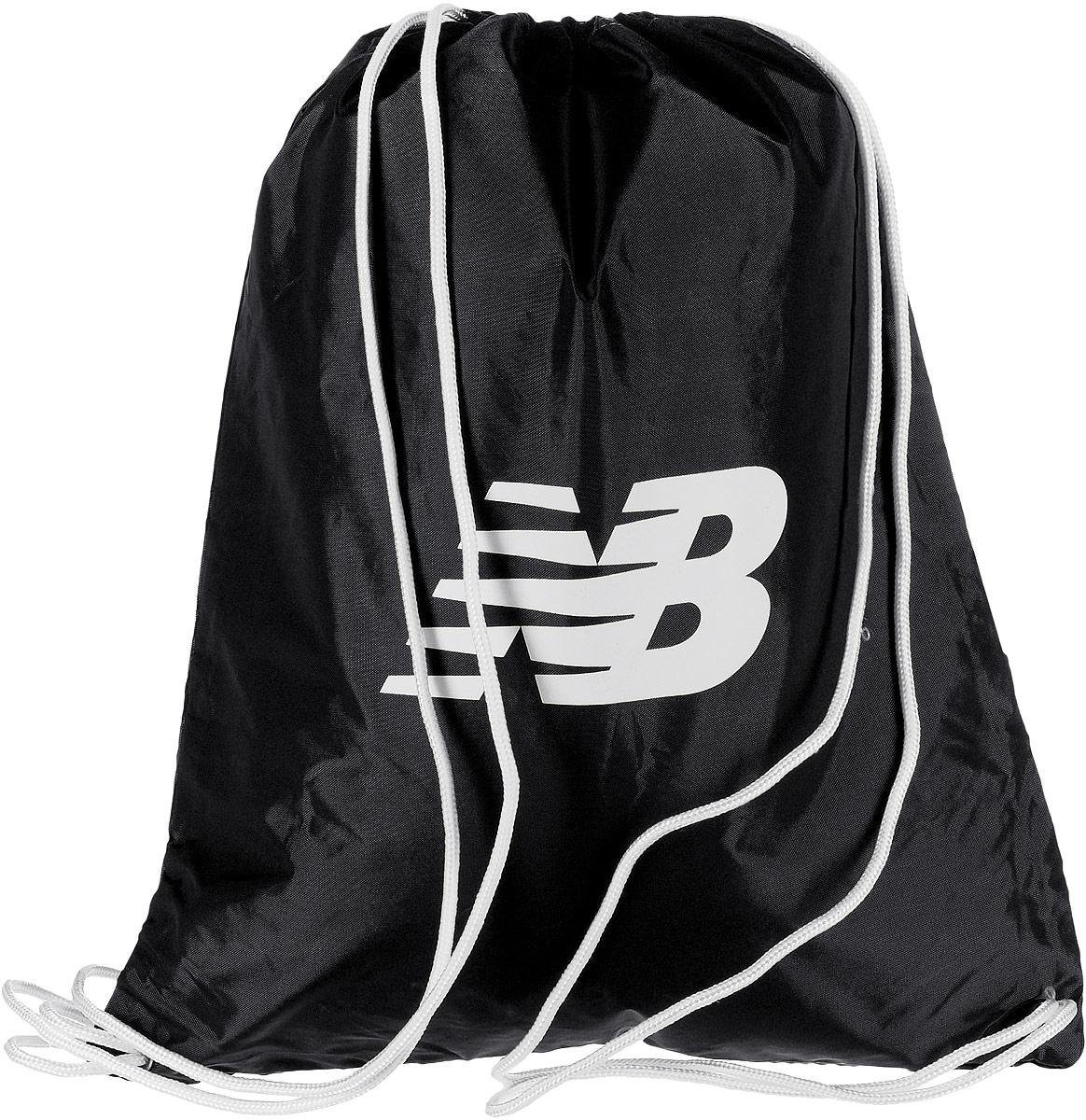 Рюкзак New Balance Cinch Sack, цвет: черный. 500006/BK500006/BKСтильный спортивный рюкзак New Balance Cinch Sack выполнен из нейлона и оформлен символикой бренда. Изделие имеет одно основное отделение, которое закрывается с помощью затягивающего шнурка. Веревочные завязки можно использовать как наплечные лямки. Стильный и функциональный рюкзак поместит все необходимое.