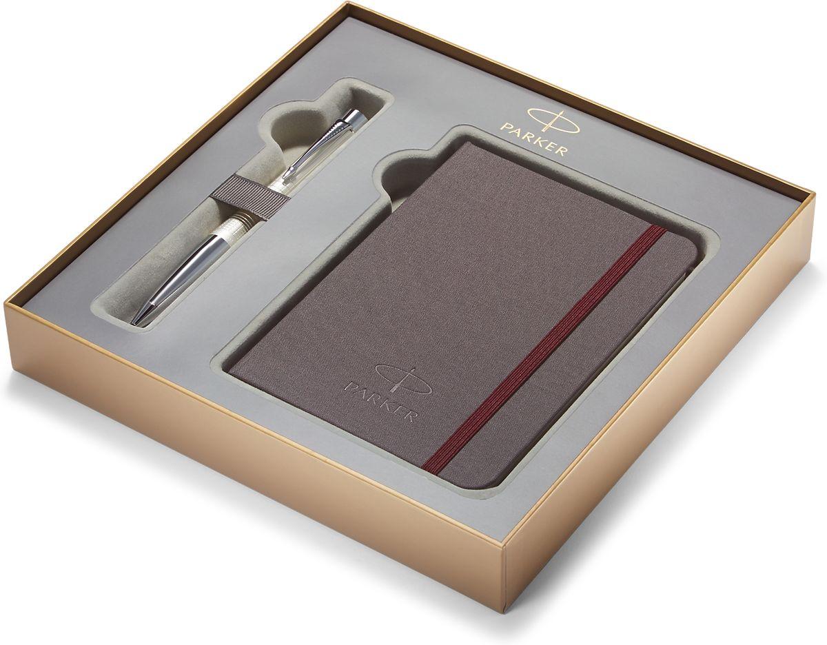 Parker Набор Ручка шариковая URBAN PREMIUM Pearl Metal ChiselledPARKER-1978329Картонная коробка высота 3,9 см, длина 21,8 см, ширина 21,8 см. Снаружи отделана золотистой бумагой с логотипом PARKER. Внутри отделана бумагой серого цвета.Вложение набора разлинованный блокнот для записей размером 15*10,5 см с обложкой из ткани сероватого цвета и тканевой закладкой с 64 белыми листами в линейку и ручка шариковая URBAN PREMIUM Pearl Metal Chiselled,перл лаковый корп. клетчатая гравировка, хромиров.детали, син чернила М арт.PARKER-S0911450.