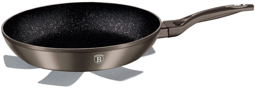 Сковорода Berlinger Haus Carbon Metallic Line, с подставкой под горячее. Диаметр 20 см1229-ВНСковорода 20 см Carbon metallic Line Материал: кованый алюминий, толщина стенок 0,5 см, высота 4,5 см. Цвет: карбон, 3 слоя мраморного покрытия эргономичная ручка soft touch, индукционное дно, подставка под горячее в подарок
