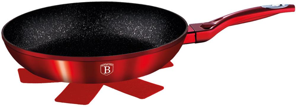 Сковорода Berlinger Haus Burgundy Metallic Line, с подставкой под горячее. Диаметр 24 см1252-ВНСковорода 24 см, материал: кованый алюминий, толщина стенок 0,5 см, 3 слоя мраморного покрытия, эргономичная ручка soft touch, индукционное дно, подставка под горячее в подарок. Подходит для всех видов плит: газовых, электрических, стеклокерамических, галогенных, индукционных.