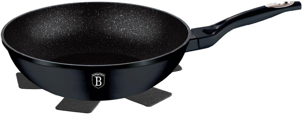 Сковорода-вок Berlinger Haus Changing Flameguard, с подставкой под горячее. Диаметр 28 см1299-ВНСковорода-вок 28 х 8см, кованый алюминий, мраморное покрытие, ручка с покрытием софт-тач, Thermo Guard - при нагреве от 70 градусов изменение цвета с черного на зеленый, подставка под горячее в подарок. Подходит для всех видов плит: газовых, электрических, стеклокерамических, галогенных, индукционных.