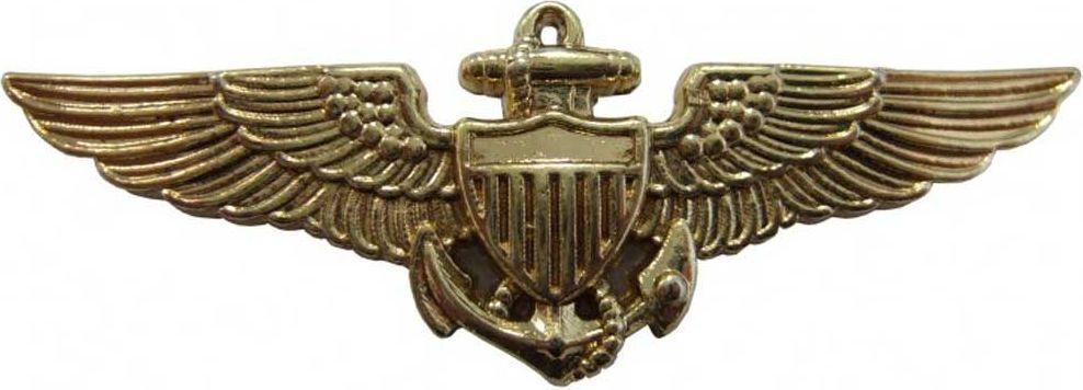 Знак Navy Pilot Wings. РепликаD7/151Нагрудный значок пилота США времен Второй Мировой Войны. Испанская компания DENIX основана в 1966 году двумя опытными ювелирами. DENIX делает высококачественные копии различных видов огнестрельного, холодного и декоративного оружия. В каталоге Фирмы более 300 знаменитых моделей пистолетов, ружей, сабель, пулеметов, канцелярских ножей, военных и охотничьих аксессуаров. Испанцы сумели завоевать доверие очень капризной аудитории - это коллекционеры и любители оружия, военные историки и мемуаристы, организаторы праздников, реквизиторы театра и кино. Все эти люди понимают толк в аутентичности реплики и потому предъявляют самые высокие требования к материалам и дизайну.