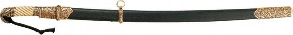 Шашка казачья. Оружейная реплика. Ножны черные, 1881 год, РоссияD7/4135Шашка — длинноклинковое рубяще-колющее холодное оружие. Клинок однолезвийный, слабо изогнутый, у боевого конца двулезвийный, длиной менее 1 метра (в России стояли на вооружении различные модели шашек с длиной клинка от 81 до 88 см, исконные черкесские были ещё легче и короче). Эфес обычно состоит только из рукояти с загнутой, обычно раздваивающейся головкой, без крестовины (гарды), что является характерным признаком этого вида оружия. Ножны деревянные, обтянутые кожей, с кольцами для портупеи на выгнутой стороне. Известны шашки двух видов: шашки с дужкой, внешне похожие на сабли, но таковыми не являющиеся (драгунский тип), и более распространённые шашки без дужки (кавказский и азиатский типы).Шашка имела значение недорогого вспомогательного оружия конного воина после сабли, первые образцы относят к XII—XIII векам. С распространением огнестрельного оружия и выходом из употребления металлических доспехов, шашка вытеснила саблю сначала на Кавказе, а затем и в России, при этом шашка сама...