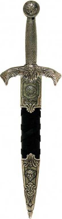 Дага короля Артура. Оружейная реплика. Ножны черные, никельD7/4139NQДага — кинжал для левой руки при фехтовании шпагой, получивший широкое распространение в Европе в XV—XVII веках. Во Франции назывались мэн-гош (фр. main-gauche — левая рука), так же назывался стиль сражения с оружием в обеих руках. При ношении дагу без ножен держали за поясом с правой стороны, чтобы облегчить её выхватывание левой рукой. В поединке дагу, как и шпагу, выставляли остриём вперёд, нацеливая его на уровень шеи противника. Во время поединка на дагу ловили удары и выпады клинка шпаги противника, а шпагой в правой руке проводили ответные удары. Отличительной особенностью фехтования с использованием даги является наличие большого количества вариантов двойных действий — комбинаций двойных защит и ударов. Кроме оборонительных целей дага использовалась как наступательное оружие на коротких дистанциях.До 1400 года даги были в большей степени оружием простолюдинов. Но уже в XV веке они становятся оружием рыцарей, в частности, использовались в Битве при Азенкуре в 1415 году. В XV и...