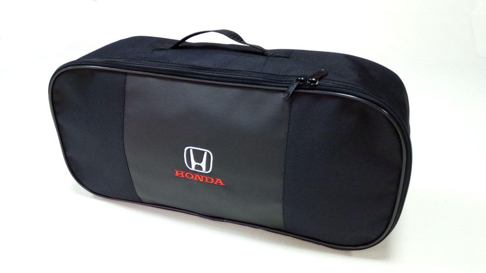 Сумка для набора техосмотра Auto Premium Honda. 6730367303Сумка для набора техосмотра выполнена из прочного и износоустойчивого материла (ПВХ 600) со вставкой из экокожи и вышивкой. Размер сумки 47х21х13. Идеально подходит для хранения огнетушителя, знака аварийной остановки, буксировочного троса и т.п.