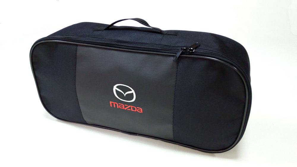 Сумка для набора техосмотра Auto Premium Mazda. 6730467304Сумка для набора техосмотра выполнена из прочного и износоустойчивого материла (ПВХ 600) со вставкой из экокожи и вышивкой. Размер сумки 47х21х13. Идеально подходит для хранения огнетушителя, знака аварийной остановки, буксировочного троса и т.п.