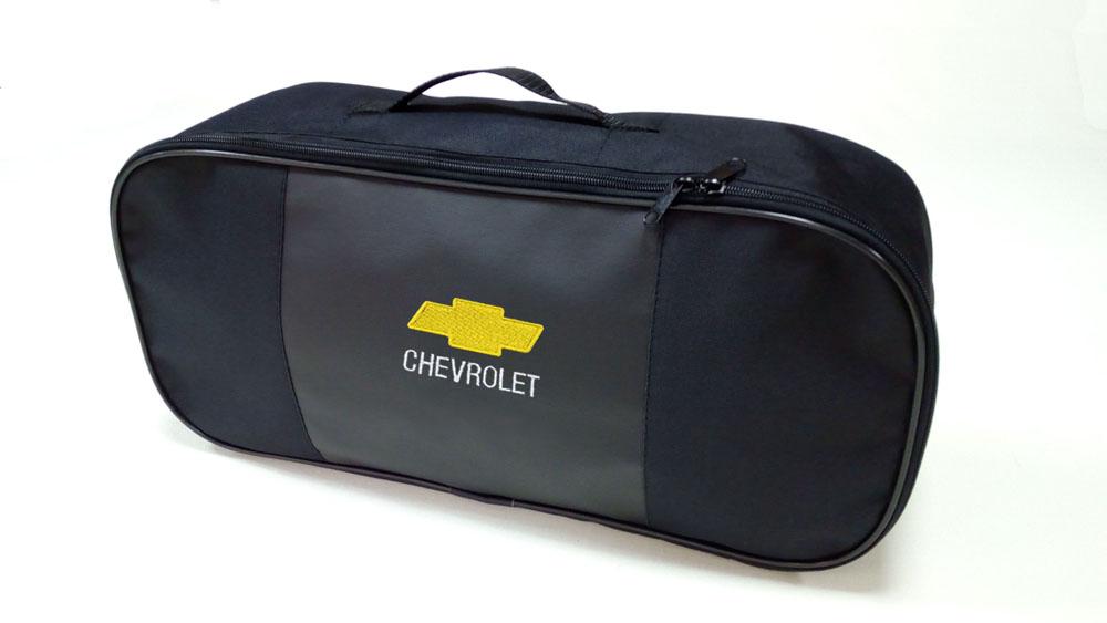 Сумка для набора техосмотра Auto Premium Chevrolet. 6730767307Сумка для набора техосмотра выполнена из прочного и износоустойчивого материла (ПВХ 600) со вставкой из экокожи и вышивкой. Размер сумки 47х21х13. Идеально подходит для хранения огнетушителя, знака аварийной остановки, буксировочного троса и т.п.