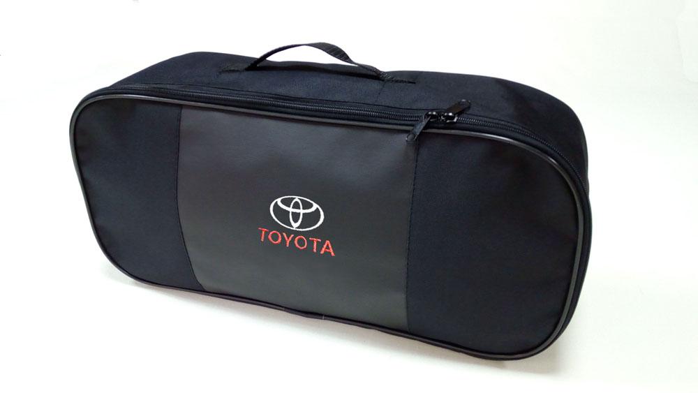 Сумка для набора техосмотра Auto Premium Toyota. 6731367313Сумка для набора техосмотра выполнена из прочного и износоустойчивого материла (ПВХ 600) со вставкой из экокожи и вышивкой. Размер сумки 47х21х13. Идеально подходит для хранения огнетушителя, знака аварийной остановки, буксировочного троса и т.п.