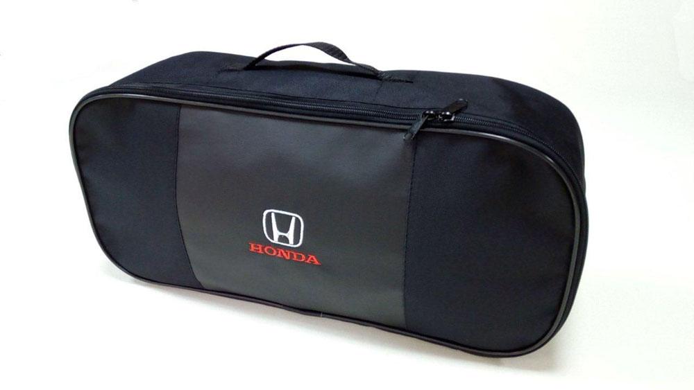 Набор автомобильный Auto Premium Honda. 6735367353Автомобильный набор в сумке с логотипом оснащен базовыми элементами, которые необходимы каждому автолюбителю. Состав набора: - аптечка первой помощи автомобильная; - трос буксировочный 5т/пет/пакет; - Огнетушитель порошковый ОП-2(з) -АВСЕ, с металлическим ЗПУ; - знак аварийной остановки; - сумка для набора техосмотра Премиум со вставкой из экокожи и вышивкой. Размер сумки 47х21х13.