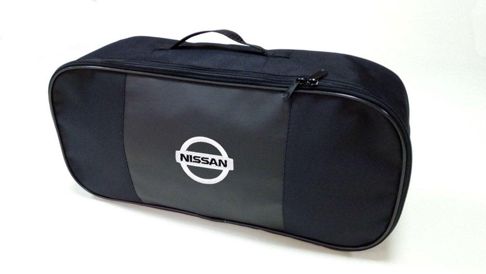 Набор автомобильный Auto Premium Nissan. 6735567355Автомобильный набор в сумке с логотипом оснащен базовыми элементами, которые необходимы каждому автолюбителю. Состав набора: - аптечка первой помощи автомобильная; - трос буксировочный 5т/пет/пакет; - Огнетушитель порошковый ОП-2(з) -АВСЕ, с металлическим ЗПУ; - знак аварийной остановки; - сумка для набора техосмотра Премиум со вставкой из экокожи и вышивкой. Размер сумки 47х21х13.