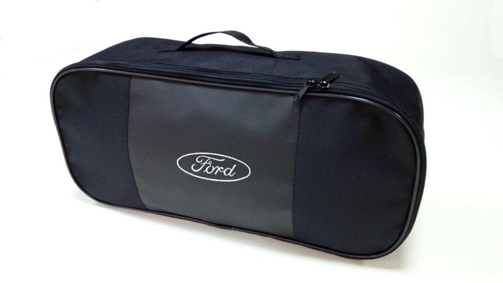 Набор автомобильный Auto Premium Ford. 6735667356Автомобильный набор в сумке с логотипом оснащен базовыми элементами, которые необходимы каждому автолюбителю. Состав набора: - аптечка первой помощи автомобильная; - трос буксировочный 5т/пет/пакет; - Огнетушитель порошковый ОП-2(з) -АВСЕ, с металлическим ЗПУ; - знак аварийной остановки; - сумка для набора техосмотра Премиум со вставкой из экокожи и вышивкой. Размер сумки 47х21х13.