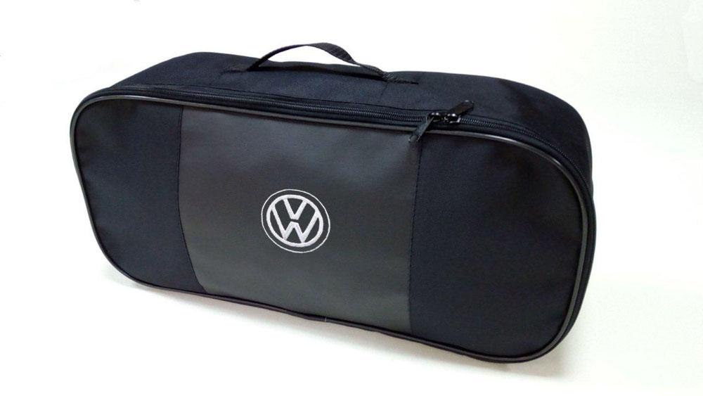 Набор автомобильный Auto Premium Volkswagen. 6736067360Автомобильный набор в сумке с логотипом оснащен базовыми элементами, которые необходимы каждому автолюбителю. Состав набора: - аптечка первой помощи автомобильная; - трос буксировочный 5т/пет/пакет; - Огнетушитель порошковый ОП-2(з) -АВСЕ, с металлическим ЗПУ; - знак аварийной остановки; - сумка для набора техосмотра Премиум со вставкой из экокожи и вышивкой. Размер сумки 47х21х13.