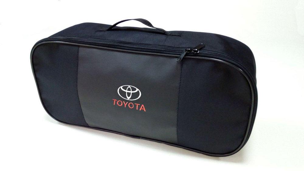 Набор автомобильный Auto Premium Toyota. 6736367363Автомобильный набор в сумке с логотипом оснащен базовыми элементами, которые необходимы каждому автолюбителю. Состав набора: - аптечка первой помощи автомобильная; - трос буксировочный 5т/пет/пакет; - Огнетушитель порошковый ОП-2(з) -АВСЕ, с металлическим ЗПУ; - знак аварийной остановки; - сумка для набора техосмотра Премиум со вставкой из экокожи и вышивкой. Размер сумки 47х21х13.