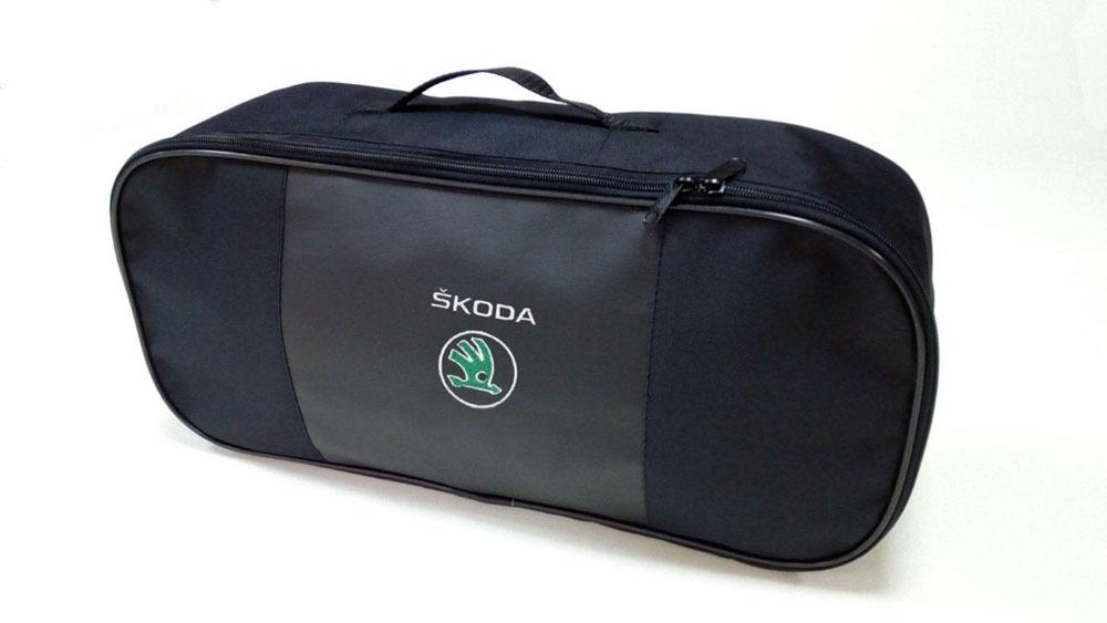 Набор автомобильный Auto Premium Skoda. 6736867368Автомобильный набор в сумке с логотипом оснащен базовыми элементами, которые необходимы каждому автолюбителю. Состав набора: - аптечка первой помощи автомобильная; - трос буксировочный 5т/пет/пакет; - Огнетушитель порошковый ОП-2(з) -АВСЕ, с металлическим ЗПУ; - знак аварийной остановки; - сумка для набора техосмотра Премиум со вставкой из экокожи и вышивкой. Размер сумки 47х21х13.