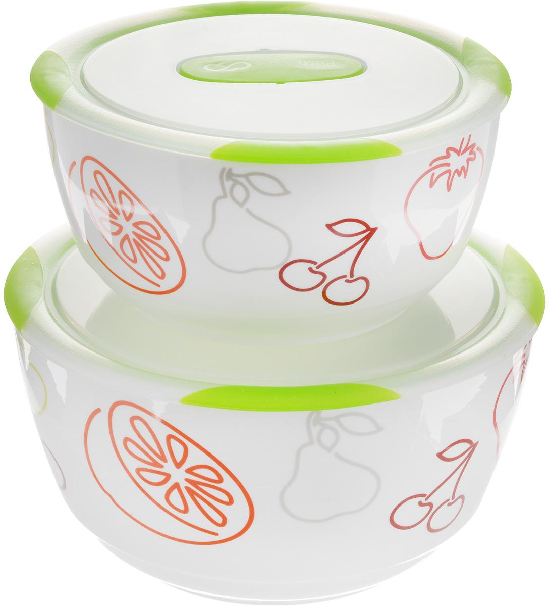 Набор мисок Oursson Bon Appetit, с крышками, цвет:зеленое яблоко, белый, 2 штBS4781RC/GAНабор Oursson состоит из двух мисок разного размера, выполненных из керамики и оформленных рисунком. Керамика, из которой изготовлены емкости, выдерживает температуру до 250°С, поэтому подать блюда на стол можно сразу после приготовления в микроволновой печи или духовом шкафу. Миски снабжены плотно закрывающимися пластиковыми крышками с технологией Clip Fresh. Такой набор прекрасно подходит для хранения продуктов и соусов без проливания, которые не прольются при переноске благодаря силиконовому уплотнителю, обеспечивающему 100% герметичность. Миски являются универсальным приобретением для любой кухни. С их помощью можно готовить блюда, хранить продукты и даже сервировать стол. Оригинальный дизайн, высокое качество и функциональность набора Oursson позволят ему стать достойным дополнением к вашему кухонному инвентарю. Можно мыть в посудомоечной машине. Характеристика емкости №1: Объем: 3 л. Высота стенки: 11,3 см. Диаметр (по...