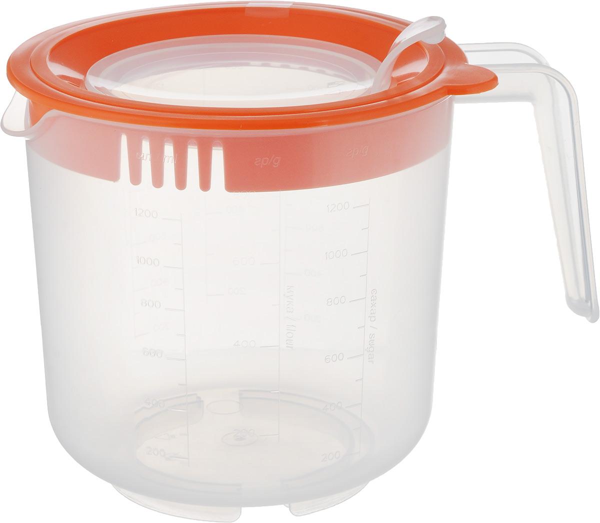 Емкость мерная для взбивания Oursson, цвет: прозрачный, оранжевый, 1,5 лJA1500P/ORМерная емкость Berossi изготовлена из высококачественного плотного пластика и является многофункциональным кухонным приспособлением. С ее помощью можно не только измерять объем помещаемых в нее жидкостей, но и смешивать их, а так же долго сохранять приготовленные соки, пюре, коктейли. Жесткое основание придает емкости дополнительную устойчивость. В емкости можно перемешивать и взбивать продукты при помощи погружного блендера или миксера. При этом бортики защищают от брызг пространство вокруг емкости. Широкое горлышко банки позволят без труда вымыть изделие. Можно мыть в посудомоечной машине. Диаметр емкости по верхнему краю (без учета носика и ручки): 14 см. Диаметр отверстия в крышке: 9 см. Высота банки (с учетом крышки): 14 см. Объем: 1,5 л.