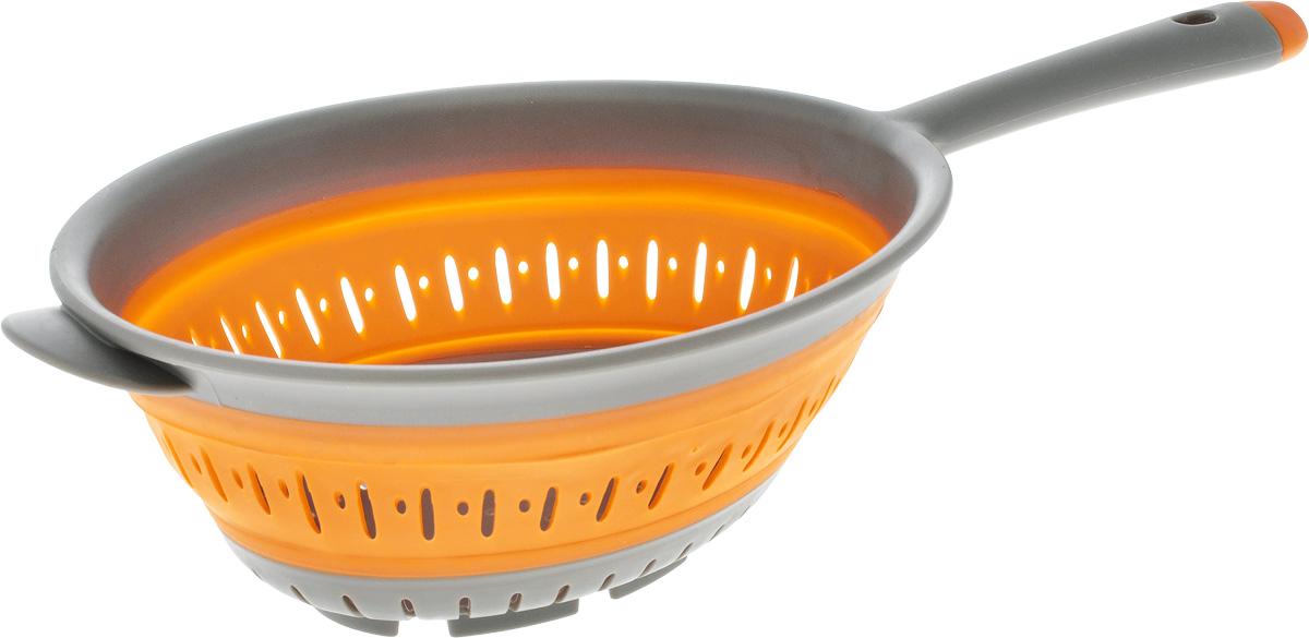 Дуршлаг складной Oursson, цвет: оранжевый, серый, 18 х 20 смCL3601SP/ORСкладной дуршлаг Oursson станет полезным приобретением для вашей кухни. Он изготовлен из высококачественного пищевого силикона и пластика. Дуршлаг оснащен удобной эргономичной ручкой со специальным отверстием для подвешивания. Изделие прекрасно подходит для процеживания, ополаскивания и стекания макарон, овощей, фруктов. Легко сложить - одно движение руки и он становится плоским, а следовательно занимает минимум места при хранении. Можно мыть в посудомоечной машине. Диаметр (по верхнему краю): 20 см. Диаметр ( по внутреннему краю): 18 см. Максимальная высота: 9 см. Минимальная высота: 2,7 см. Длина ручки: 13 см.
