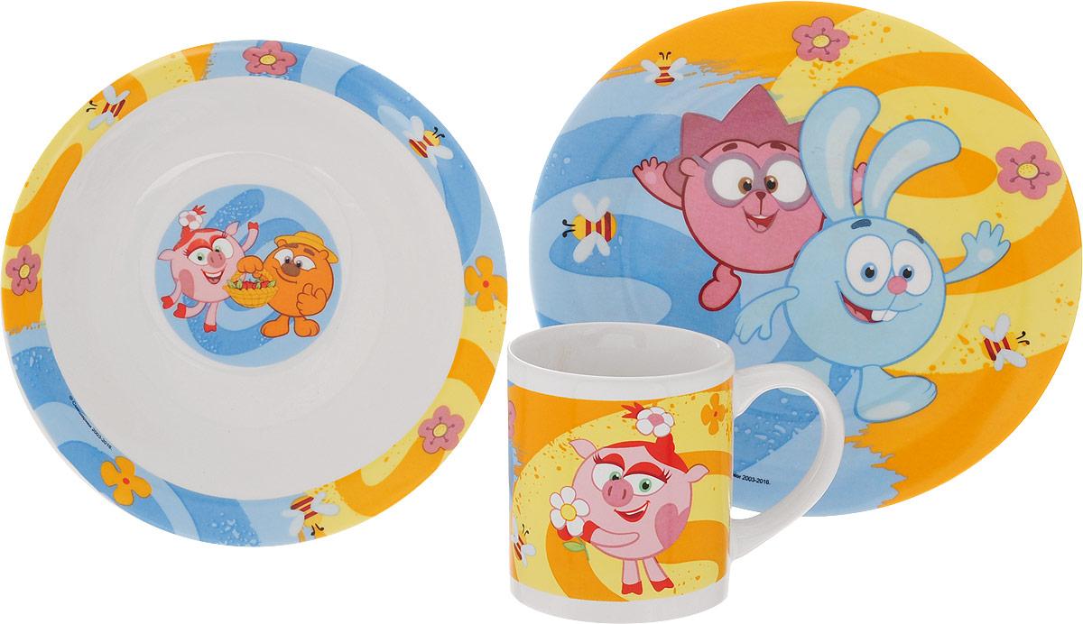 Смешарики Набор детской посуды Друзья 3 предметаSMS3-2Набор детской посуды Смешарики Друзья идеально подойдет для кормления малыша и самостоятельного приема пищи. В комплект входят: миска, тарелка и кружка. Все элементы набора выполнены из прочной керамики и оформлены яркими изображениями героев мультфильма Смешарики. Глубокая миска имеет высокие бортики, которые обеспечат удобство кормления и предотвратят случайное проливание жидкой пищи. Тарелка диаметром 19 см понравится малышу своим ярким дизайном. Широкие бортики сделают прием пищи комфортным.Тарелка предназначена для горячей и холодной пищи. Кружка подойдет для любых напитков. Объем кружки - 240 мл. Кружка имеет удобную ручку, а ее небольшие размеры и вес позволят малышу без труда держать кружку самостоятельно. Посуда подходит для мытья в посудомоечной машине и использования в микроволновой печи. Яркая посуда с любимыми героями порадует малыша и сделает любой прием пищи приятным и веселым.