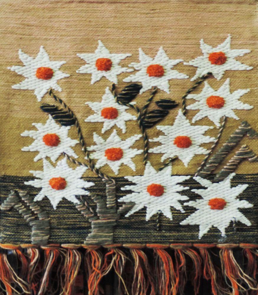 Коврик декоративный India Jute, 70 х 70 см. 1002310023Коврик декоративный ручной работы. Произведен в деревнях Индии, с вековыми традициями в изготовлении джутовых изделий. Служит идеальным украшением Вашего интерьера, отличный подарок по любому случаю. Изделия ручной работы могут немного отличаться от товара, представленного на фото, например, цветовыми нюансами, отделкой. Внимание: коврик не подлежит стирке!