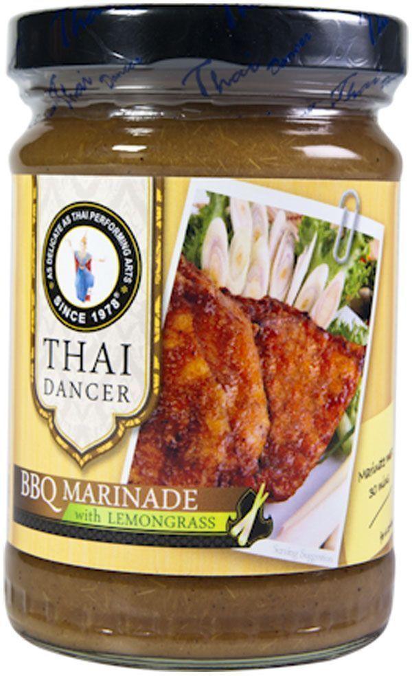 Thai Dancer Маринад для барбекю с лемонграссом, 227 гFS0002041Экзотический маринад на основе лемонграсса (лимонного сорго) - это уникальный для России продукт. В чем же уникальность этого маринада? Конечно, в экзотическом составе, в который входит лемонграсс. Лемонграсс или лимонное сорго широко используется в тайской и вьетнамской кухне для маринования и последующей обжарки или запекания мяса, птицы, рыбных стейков. Тонизирующий, чуть кисловатый вкус лимонного сорго особенно хорошо сочетается с курицей, морепродуктами и практически всеми видами рыбы, как красной, так и белой. Благодаря своему кисловатому вкусу маринад на основе лимонного сорго идеально подходит для рыбы на гриле, в качестве соуса для креветок барбекю, а также для маринования и обжарки любых морепродуктов.
