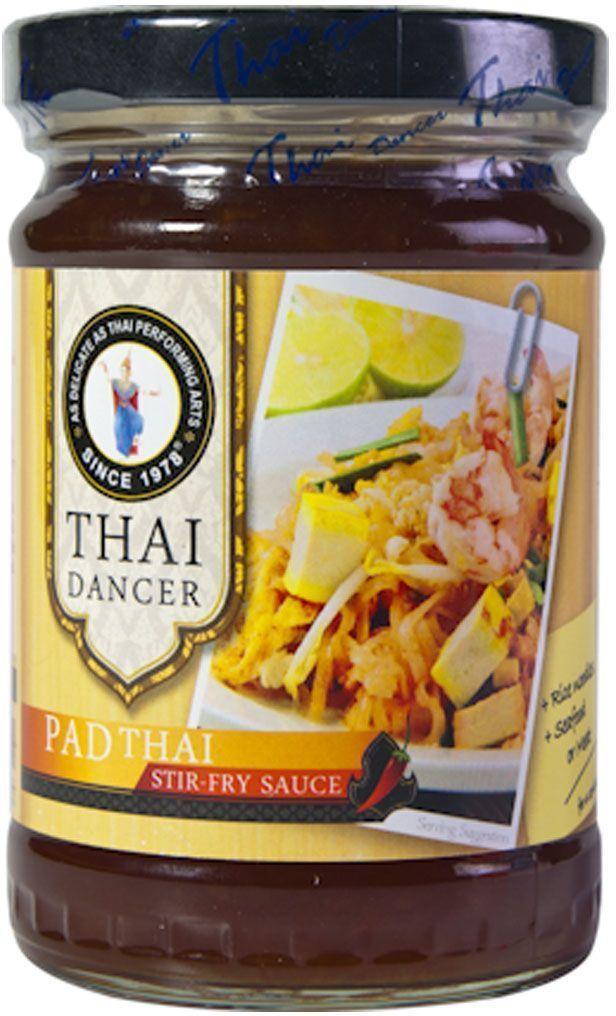 Thai Dancer Соус для лапши Пад Тай, 250 гFS0002042Соус для лапши по-тайски (соус для пад тхай) - это самый простой и экономичный способ приготовить настоящую тайскую лапшу! Этот соус для лапши обладает мягким пряным вкусом, сочетающимся с широким спектром продуктов. Благодаря этому соус для лапши может быть использован не только для того, чтобы приготовить пад тхай, но и для для обжарки овощей или морепродуктов, для придания вкуса омлетам или заправки салатов. Добавьте соус пхат тхай к вашему арсеналу приправ и специй, и он поможет вам готовить запоминающиеся блюда из доступных ингредиентов. Соус также идеально подходит для добавления в омлеты и сэндвичи, дополняя их изысканными, необычными и по-настоящему восхитительными вкусами лука-шалот, тамаринда и паприки!