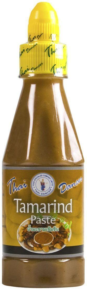 Thai Dancer Тамариндовая паста, 250 гFS0004018Желтая соевая паста (или, как она называется в Китае), желтый бобовый соус - это вариант соевой пасты, однако с менее однородной текстурой. В отличие от мисо-пасты, где соевые бобы оказываются перемолоты в кашицу, желтый бобовый соус представляет собой именно соус с небольшими кусочками немодифицированной сои, а также с добавлением соевого соуса и сахара. В отличие от мисо-пасты, которая обладает прямолинейным соленым вкусом и обычно включает в себя (помимо сои)) пасту из пшеницы или ячменя, желтая соевая паста имеет оттенки следка сладковатого, насыщенного соленого и немного пряного вкуса, которые позволяют использовать желтый бобовый соус (желтую соевую пасту) в любых блюдах вместо соевого соуса или рыбного соуса. Также благодаря своему чистому соевому составу тайская желтая соевая паста могут употреблять люди, сидящие на безглютеновой диете (мисо-пасту им есть нельзя - из-за присутствия в смеси мисо пшеницы и ячменя).