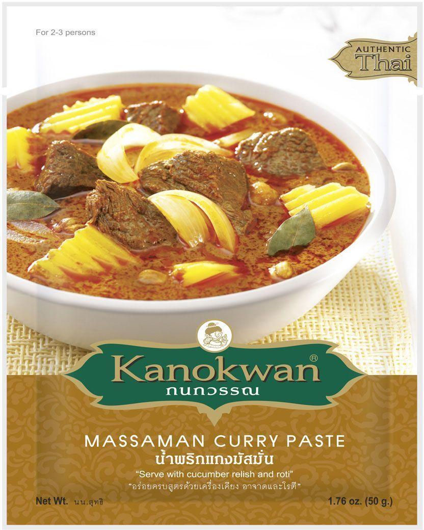 Kanokwan Основа для карри Матсаман, 50 гKW0006002Красная карри-паста (пхрик кэнг пхет) – одна из используемых в тайской кухне комбинаций специй и ароматических трав, позволяющая готовить большое количество блюд. Классические компоненты красного карри – сушеный красный чили, семена и корни кориандра, семена кумина, белый перец, лук, чеснок, галангал, лимонное сорго, листья или кожура кафрского лайма, цедра лайма, соль или креветочная паста, однако конечный состав пасты и пропорция компонентов зависит от предпочтений повара или компании-производителя. Самые простые рецепты, содержащие красную карри-пасту, предполагают обжарку или тушение одного или двух основных ингредиентов (например, мяса, птицы, рыбы или некоторых овощей) в специях и кокосовом молоке, более сложные варианты включают больше ингредиентов и могут обходиться без молока.