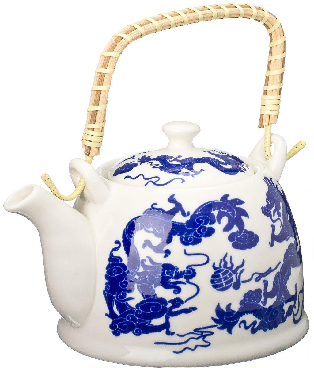 Чайник заварочный Vetta Синий дракон, с фильтром, 900 мл839019Украсьте свое чаепитие изысканным чайником Синий дракон, декорированный красочным изображением дракона. В чайнике имеется металлическое ситечко, ручка чайника декорирована бамбуковым волокном. В этом красивом чайнике чай получается очень насыщенным, ароматным и долго остается горячим. Упакован в подарочный короб, что может послужить отличным подарком родным и близким.
