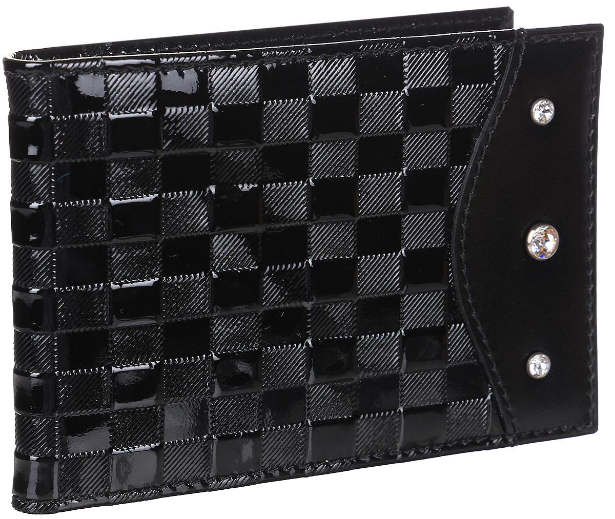 Визитница женская Elisir Botega black, цвет: черный. EL-LK269-FW0027-000EL-LK269-FW0027-000Футляр для дисконтных карт Elisir из натуральной кожи, коллекция Botega black с композицией из трёх кристаллов Swarovski. На лицевой стороне сочетание фактурной и гладкой чёрной кожи. Внутри 4 кармана для кредиток и пластиковый блок на 28 карт или визиток. Лист на 1 карту с удобной выемкой для пальца. Упакован в подарочную коробку с тиснением Elisir.