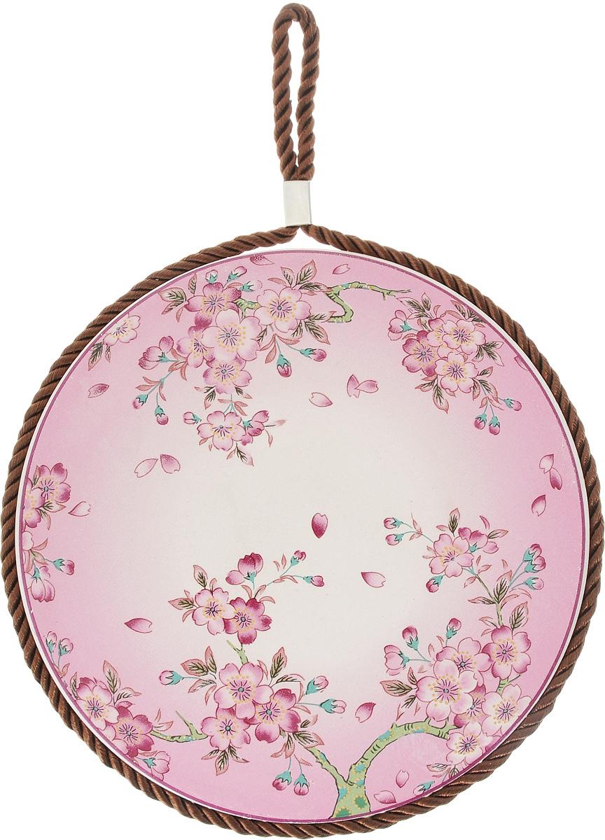 Подставка под горячее Briswild Магнолия, диаметр 16.5 см545-705_розовая/мелкий цветочекПодставка под горячее Briswild Магнолия, выполненная из фарфора, идеально впишется в интерьер современной кухни. Дно подставки, выполненное из пробки, не даст ей скользить по поверхности стола. Для удобства на изделии есть отверстие для крючка, за которое можно подвесить в любое для вас место. Каждая хозяйка знает, что подставка под горячее - это незаменимый и очень полезный аксессуар на каждой кухне. Ваш стол будет не только украшен оригинальной подставкой с красивым рисунком, но и сбережен от воздействия высоких температур ваших кулинарных шедевров. Изделие оснащено петлей, за которую можно подвесить в любое удобное дял вас место. Не использовать в микроволновой печи. Не применять абразивные чистящие средства. Диаметр подставки: 16.5 см. Высота подставки: 8 мм.