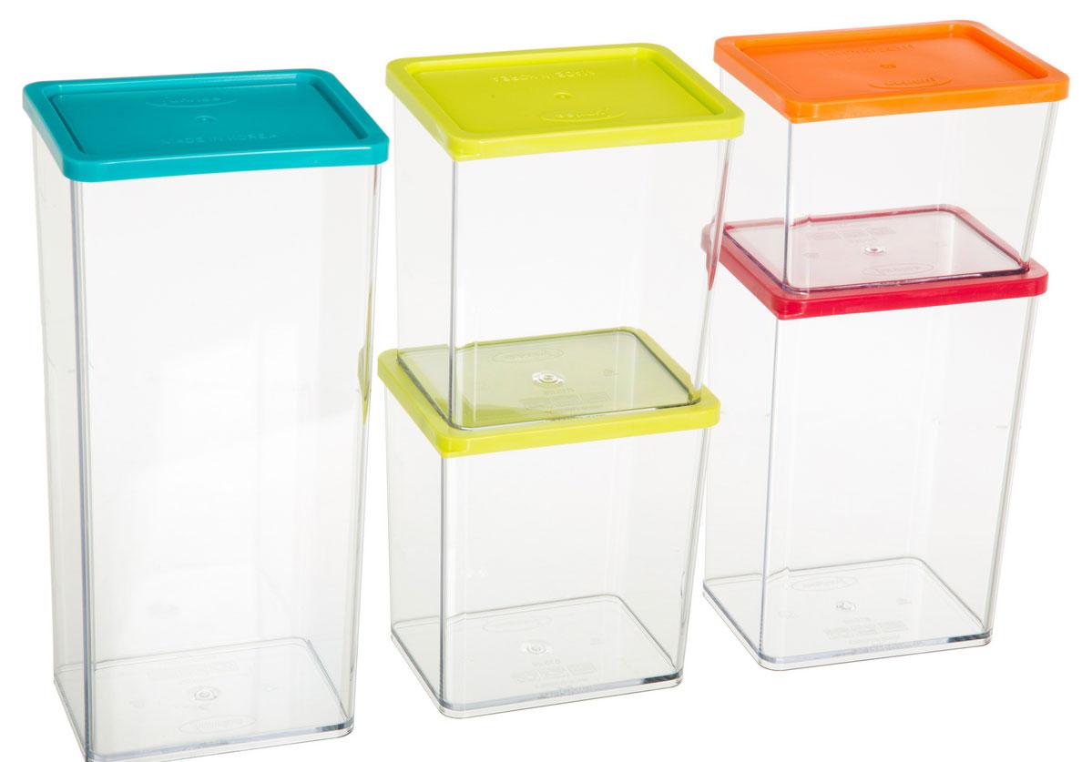 Набор банок для хранения сыпучих продуктов JJA, 5 шт146419Набор состоит из пяти элегантных контейнеров, изготовленных из высококачественного прозрачного пластика, снабженных герметично закрывающимися силиконовыми крышками, необыкновенно удобен в использовании. Благодаря специальной форме крышки и днища, банки этого типа, плотно вставляются друг в друга, и из них можно составлять устойчивые конструкции, контейнеры в которых не рассыпаются даже при переворачивании, что позволит максимально использовать пространство Ваших кухонных шкафов. Благодаря своему стильному внешнему виду, они станут прекрасным дополнением к дизайну Вашей кухни.