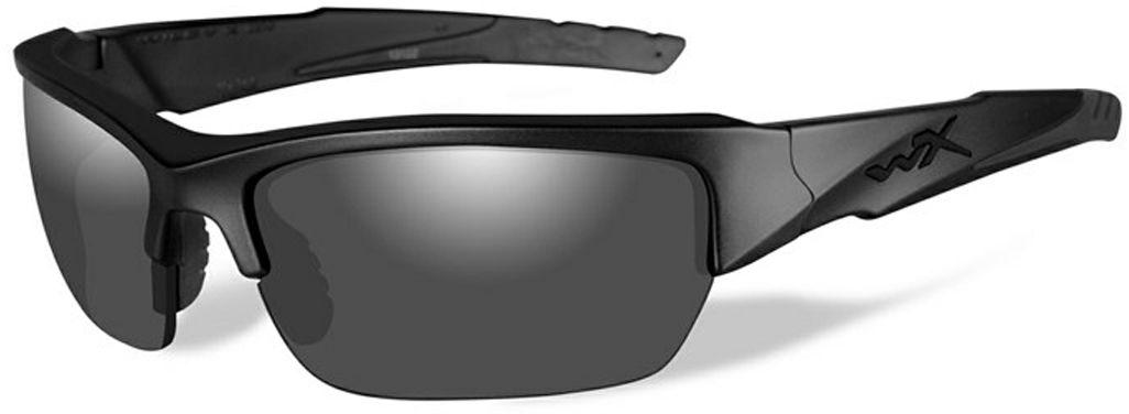 Очки солнцезащитные WileyX Valor Black Ops, для охоты, рыбалки и активного отдыха, цвет: GreyCHVAL01Эта модель принадлежит к ограниченной серии солнцезащитных очков «Black Ops». Они оснащены особой комбинацией дымчато-серых линз и матовой черной оправы разработанной для сотрудников правоохранительных органов и спецслужб. Линзы очков поглощают отражения и снижают блики. Данная модель очков отлично подходит для активного отдыха в условиях интенсивной освещенности. ЗАЩИТА ОТ УДАРОВ НА ВЫСОКОЙ СКОРОСТИ Оправа и линзы должны выдерживать удар тяжелого снаряда весом 500 гр, падающего с высоты 127 см ПРОЧНОЕ ПОКРЫТИЕ Устойчивое к царапинам покрытие защищает линзы от механических повреждений и продлевает срок их службы.