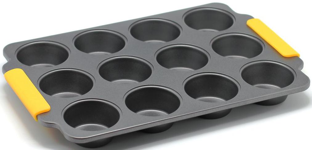 Форма для выпечки маффинов Zanussi Amalfi, 12 ячеек, цвет: черный. ZAC35413CFZAC35413CFКоллекция форм серии Amalfi является хорошим приобретением любой хозяйки.Товар бренда Zanussi - металлические формы - пользуется высоким спросом, его отличает высокое качество и удобный размер. Изделия выполнены из толстой углеродистой стали. Отличительной особенностью серии являются силиконовые ручки на изделии, благодаря которым Вам не прийдется пользоваться дополнительными средствами для вытаскивания формы из духовки. Форма имеет антипригарное покрытие и утолщенные стенки, которые гарантируют равномерное пропекание изделия. Можно использовать в духовке до 230 градусов. Главное преимущество стальных форм - это абсолютная химическая нейтральность и экологичность.