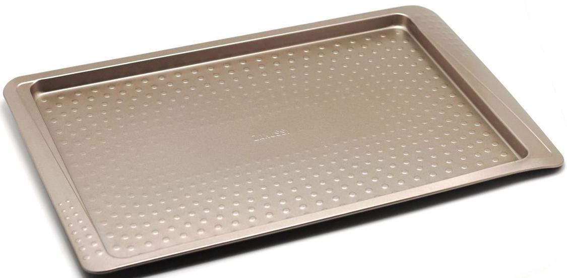 Противень Zanussi Turin, 44 х 27 х 1,5 см, цвет: бронзовый. ZAC38112CFZAC38112CFКоллекция форм серии Turin является хорошим приобретением любой хозяйки. Товар бренда Zanussi - металлические формы - пользуется высоким спросом, его отличает высокое качество и удобный размер. Изделия выполнены из толстой углеродистой стали. Форма имеет антипригарное покрытие и утолщенные стенки, которые гарантируют равномерное пропеканиеизделия. Можно использовать в духовке до 230 градусов. Главное преимущество стальных форм - это абсолютная химическая нейтральность и экологичность.