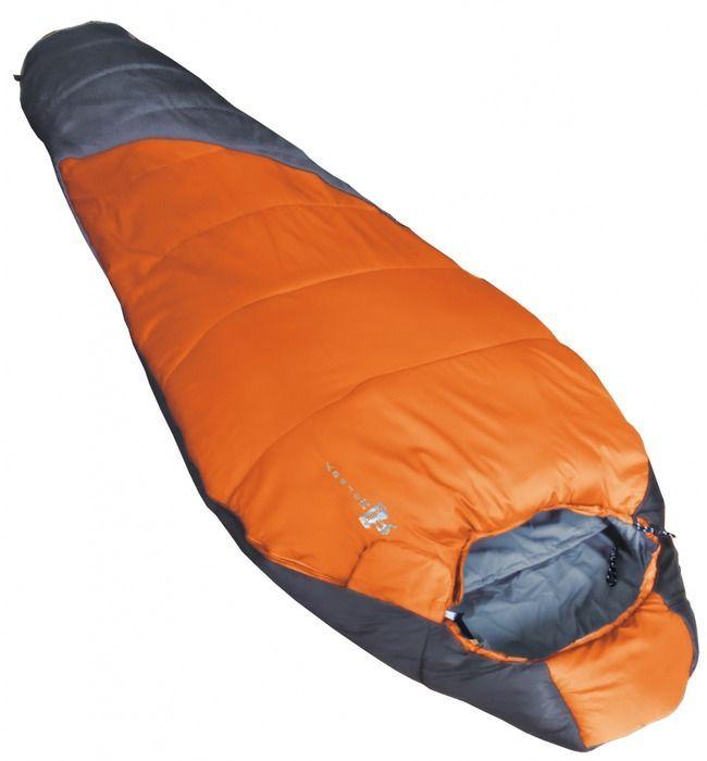 Спальный мешок Tramp MERSEY R, цвет: оранжевый, серый, правая молния. TRS-019TRS-019_RРазмер: 80 (55) x 230 см Количество слоев: 1 Температура комфорта: 14 Нижний предел комфорта: 8 Температура экстрима: 0 Полный вес: 850 г Размер в сложенном виде: 29 х 18 см Упаковка: высококачественный компрессионный мешок Эксплуатация После каждого использования следует хорошо просушить спальный мешок на солнце. Внимание! Не используйте спальный мешок в близи открытого огня! При укладке спального мешка в компрессионный мешок, не пытайтесь его складывать или скатывать. Следует вталкивать его хаотично. Это позволит избежать смятых волокон и потертостей на месте сгиба. Уход Спальный мешок следует стирать только при появлении сильных загрязнений, так как каждая стирка ухудшает его теплоизоляционные свойства. Рекомендуется ручная стирка при температуре не выше 40 С. При стирке используйте специальные моющие средства для синтетических наполнителей, которые можно приобрести в специализированных магазинах. Не используйте отбеливатель и...