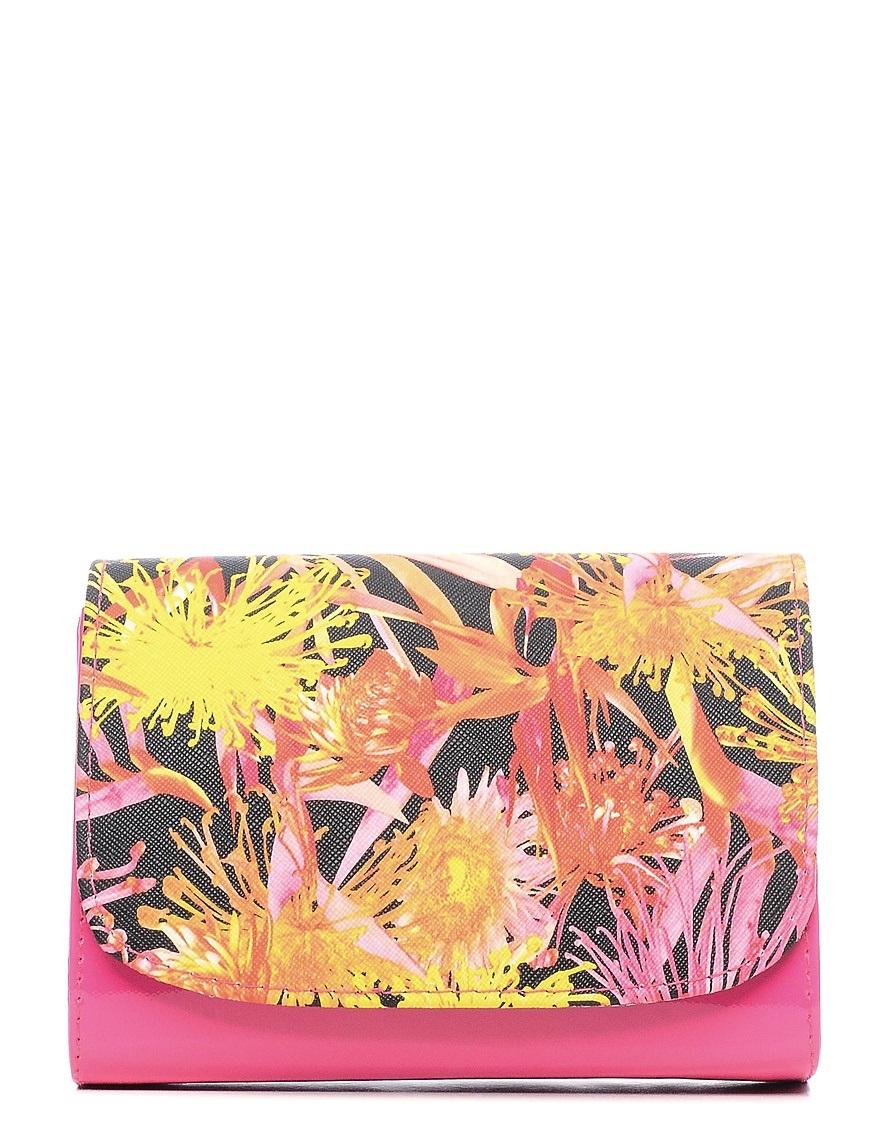 Клатч детский Vitacci, цвет: фуксия. 24101-1624101-16Детский стильный клатч Vitacci выполнен из искусственной кожи на подкладке из текстиля. Клатч имеет два основных отделения между которыми находится карман на молнии. Модель застегивается на металлическую кнопку. Клатч оформлен оригинальным принтом. Изделие оснащено несъемным наплечным ремнем, который регулируется по длине.