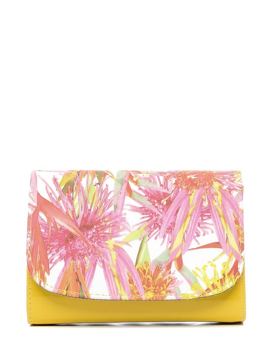 Клатч детский Vitacci, цвет: желтый. 24102-1424102-14Детский стильный клатч Vitacci выполнен из искусственной кожи на подкладке из текстиля. Клатч имеет два отделения между которыми находится карман на молнии. Модель застегивается на металлическую кнопку. Клатч оформлен оригинальным принтом. Клатч оснащен несъемным наплечным ремнем, который регулируется по длине.